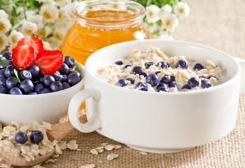 На завтрак по диете Елены Малышевой едят овсяную кашу
