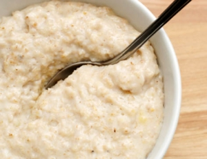 На завтрак во время диеты при панкреатите можно есть молочную овсяную кашу