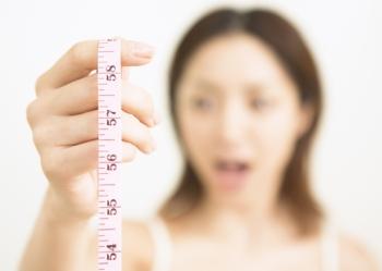 Девушка видит результат похудения