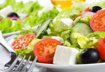 При повышенном холестерине рекомендуется есть салаты из свежих овощей