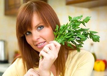 Зелень петрушки и ее лечебные свойства для мужчин и женщин