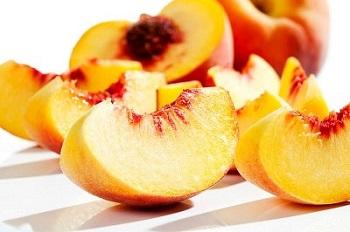 Полезно ли употребление персиков беременным и кормящим женщинам