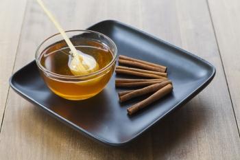 Корица с медом: польза и вред для беременных и кормящих женщин
