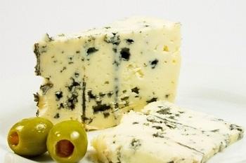 Какими полезными свойствами обладает элитный сыр с голубой плесенью