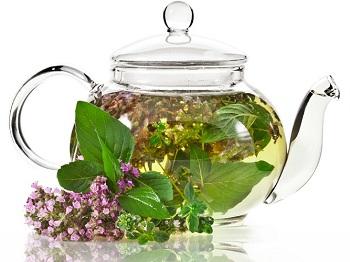 В чайнике заварился чай на травах