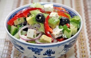 Салат из брынзы, авокадо и курицы, польза и вред кисломолочного продукта