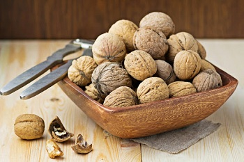 Орехи в миске на столе