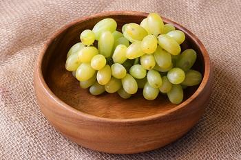 Белый сочный виноград в тарелке