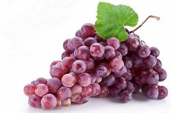Гроздь сочного красного винограда