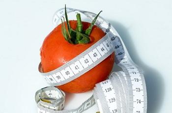 Красный помидор и измерительная лента