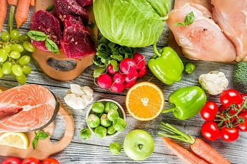 Свежие продукты питания лежат на столе