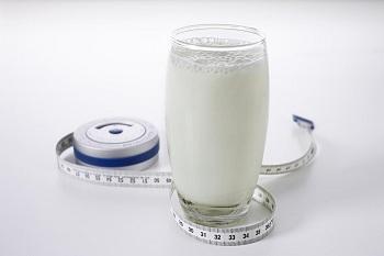 Стакан с кисломолочным напитком