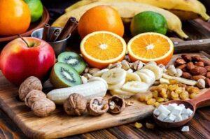 Свежие фрукты и орехи на столе