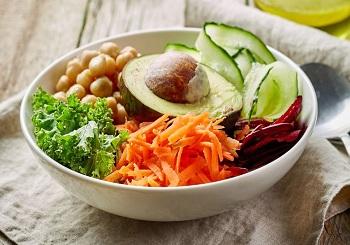 Тарелка со свежими овощами и зеленью