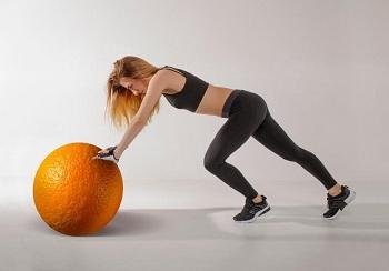 Девушка в спортивном костюме выполняет упражнение