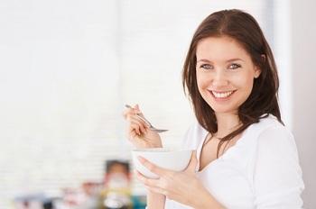 Девушка завтракает на своей кухне