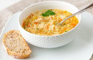 Куриный суп с вермишелью в тарелке