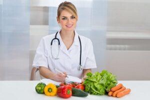 Овощи и фрукты на столе у диетолога