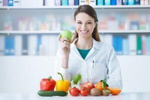 Свежие овощи и фрукты на столе у доктора