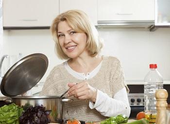 Женщина готовит суп