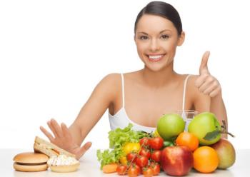 Девушка любит фрукты и овощи