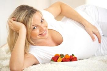 Девушка ест свежие ягоды