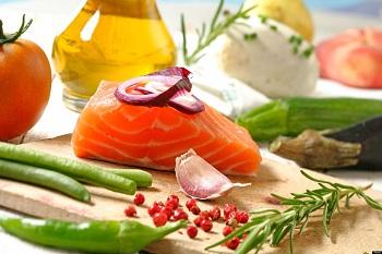 Стейк рыбы, свежие овощи, специи, зелень