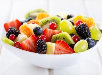 В тарелке фрукты и ягоды