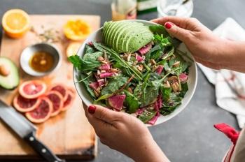 Свежий салат в тарелке