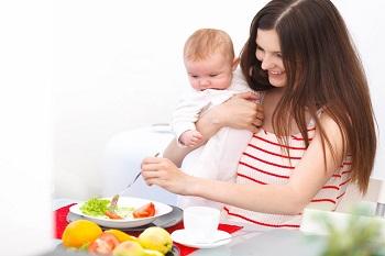 Счастливая мама с малышом