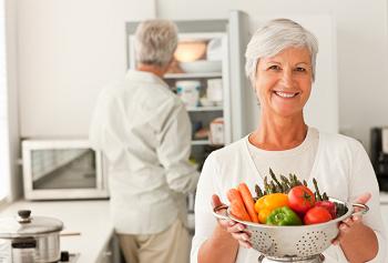 Женщина с тарелкой овощей