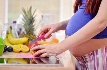 Беременная женщина готовит