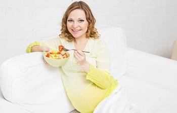 Женщина ест фруктовый салат