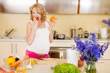 Милая девушка ест фрукты