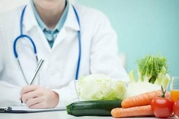 Врач-диетолог на рабочем месте