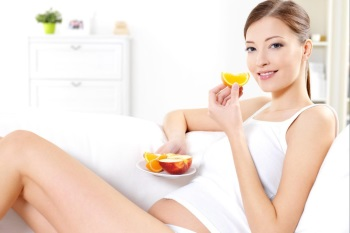 Девушка ест сочные фрукты