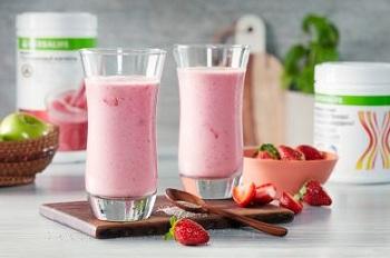 Молочные фруктовые коктейли с клубникой