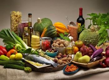 Различные продукты на столе