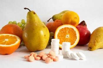 Свежие фрукты и таблетки