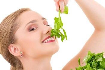 Девушка любит зелень