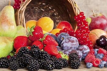 Сочные фрукты и ягоды