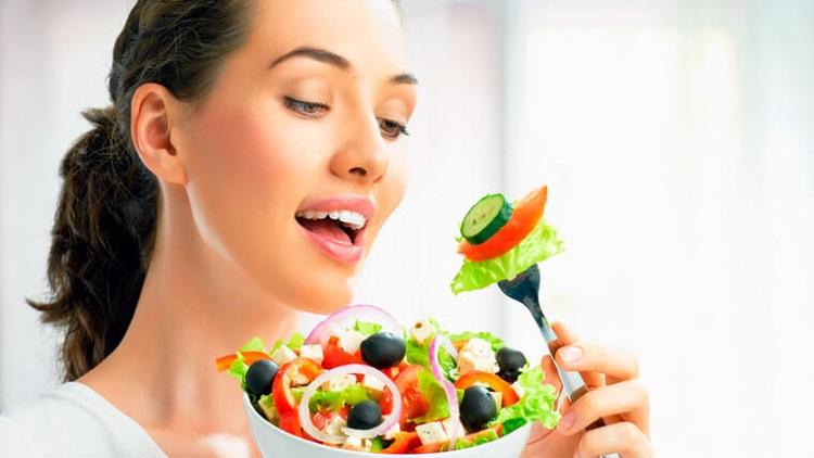 Девушка ест свежий салат