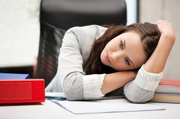 Девушка на работе устала
