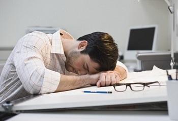Мужчина утомился на работе