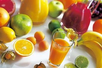 Свежие фрукты и сок