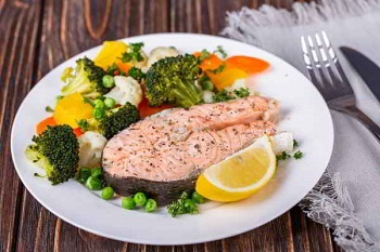 Рыбный стейк с овощным гарниром