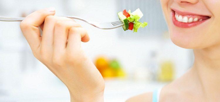 Девушка ест свежий овощной салат