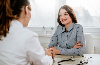 Молодая девушка пришла к доктору
