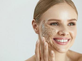 Молодая красивая девушка делает маску для лица
