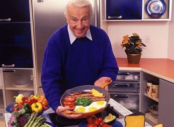 Мужчина на кухне готовит ужин из продуктов